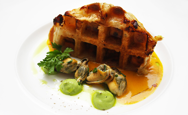 Wafel Met Krab: Waffle stuffed with crabmeat, mussels, green pea puree, lemon foam, saffron sauce